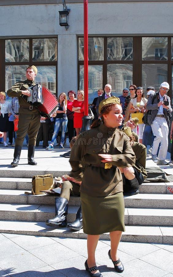 Młodzi aktorzy wykonują na ulicie fotografia royalty free