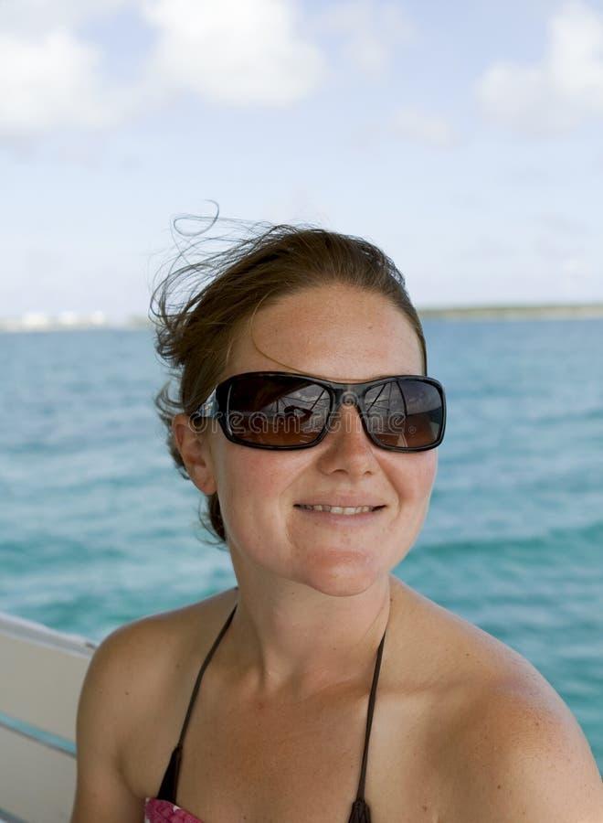 młodzi atrakcyjni żeńscy uśmiechnięci okulary przeciwsłoneczne fotografia royalty free