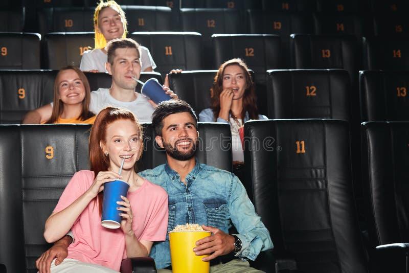 Młodzi atrakcyjni ludzie czerpią przyjemność z premiery zdjęcia stock