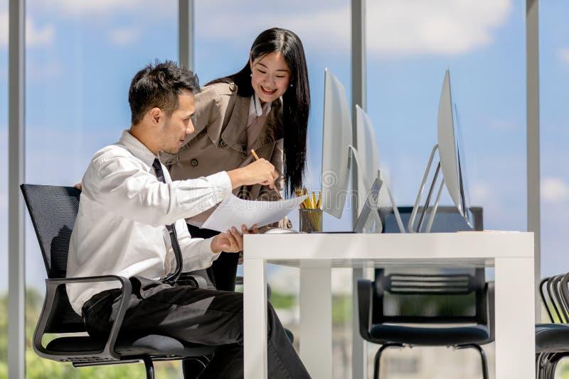 Młodzi Azjatyccy biznesmeni pracują wpólnie w nowożytnym biurze T obraz stock