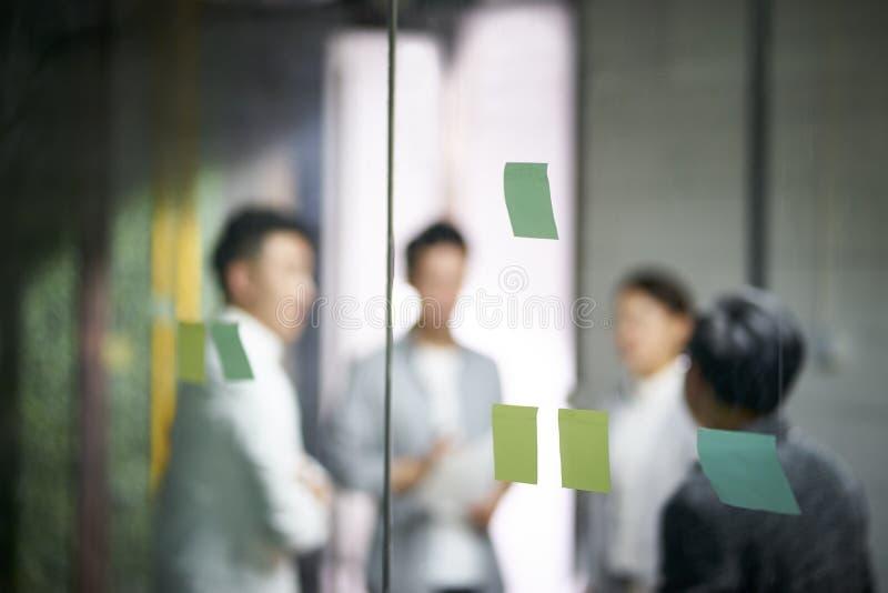 Młodzi azjatykci biznes drużyny ludzie spotyka w biurze obrazy stock