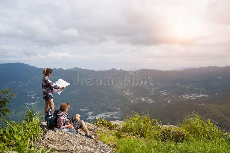 Młodzi backpackers cieszy się dolinnego widok od wierzchołka góra fotografia royalty free