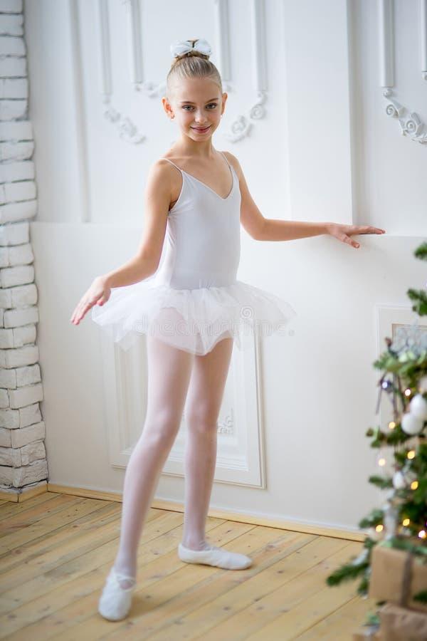 Młodzi baletniczy tancerze uczy się lekcję blisko Christm obraz stock