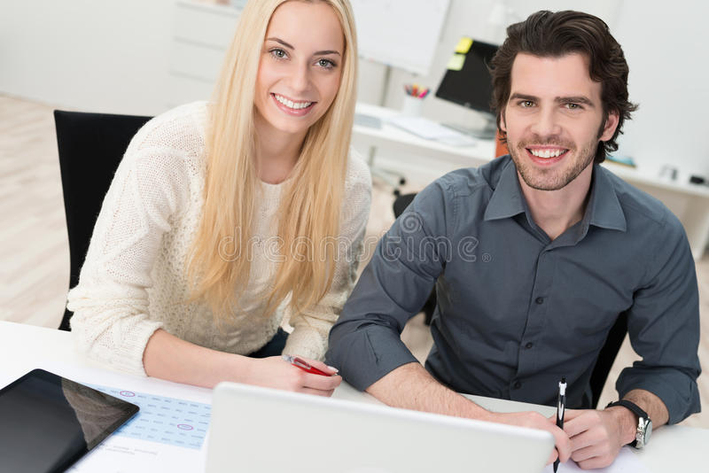 młodzi biuro pracownicy dwa obrazy royalty free