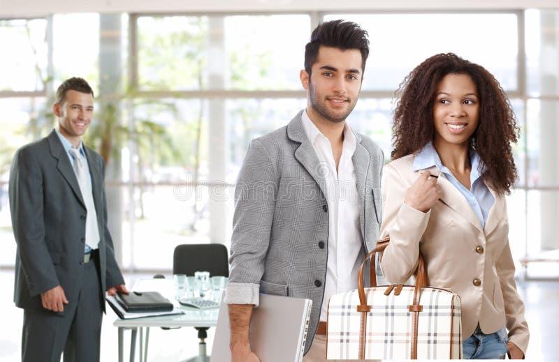 Młodzi biznesmeni opuszcza biuro zdjęcia royalty free