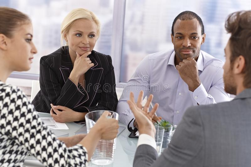 Młodzi biznesmeni przy spotkaniem fotografia stock