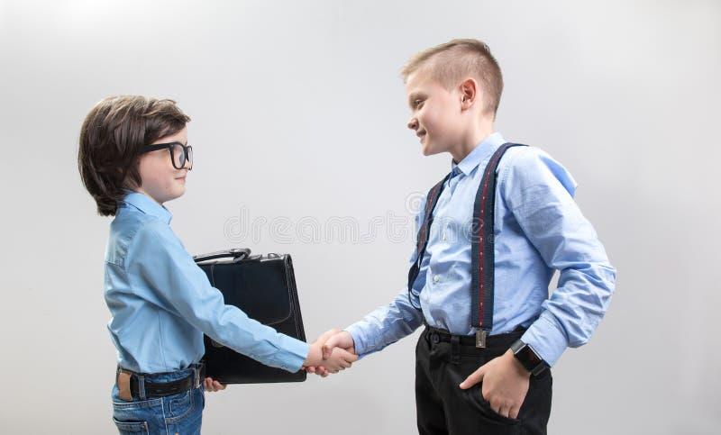 Młodzi biznesmeni uderza korzystnego tranzakcja zdjęcia stock