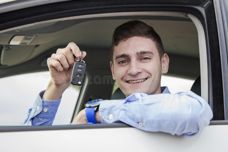 Młodzi biznesowego mężczyzna mienia klucze jego samochód obrazy stock