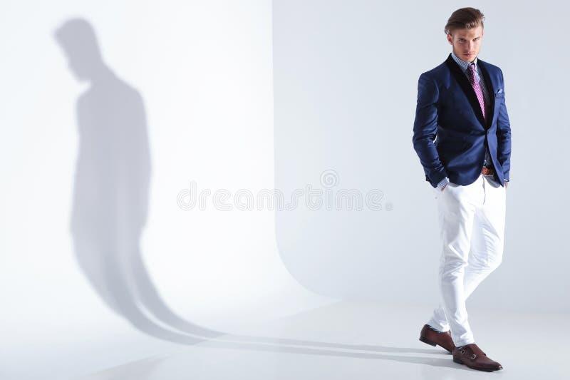 Młodzi biznesowego mężczyzna stojaki z oba rękami w kieszeniach obraz royalty free