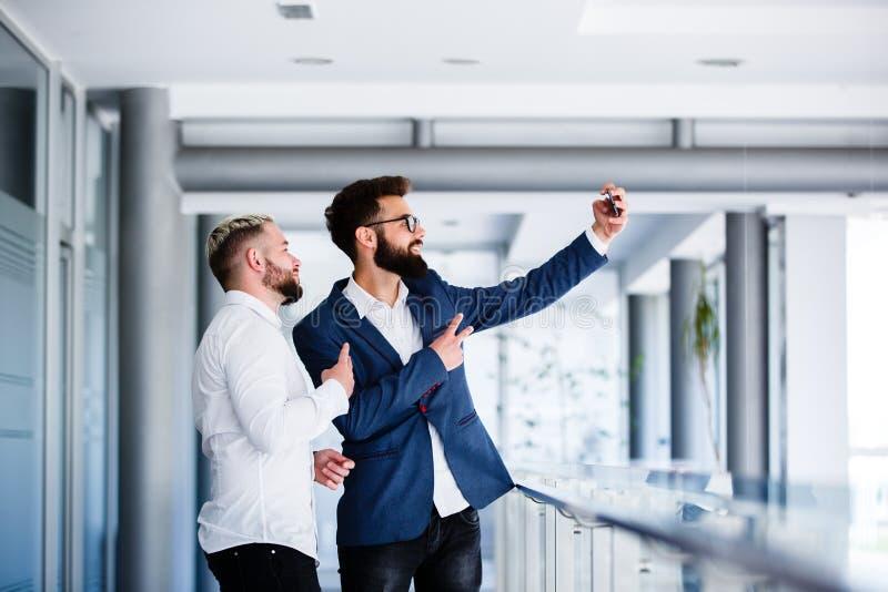 Młodzi Biznesowi koledzy Bierze Selfie Przy miejscem pracy zdjęcia royalty free
