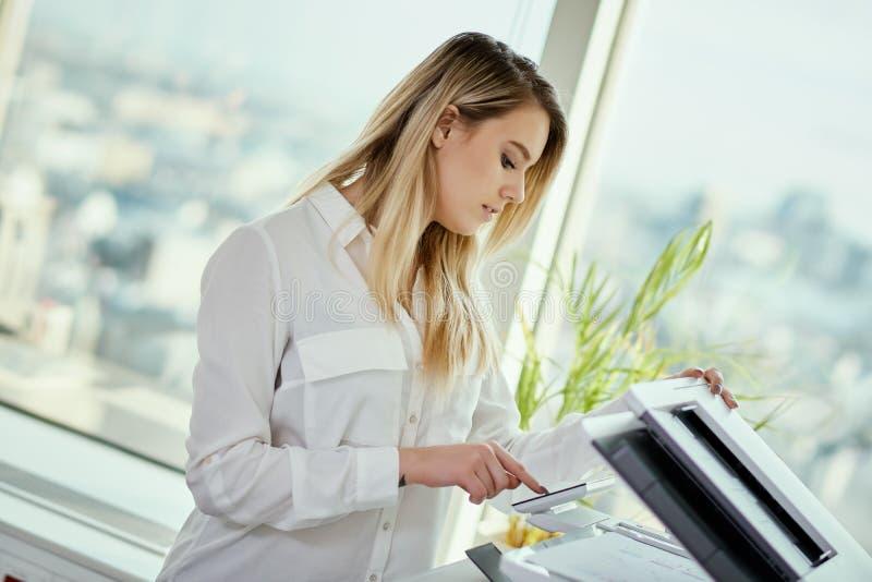 Młodzi bizneswomanów obrazów cyfrowych dokumenty w biurze zdjęcia royalty free