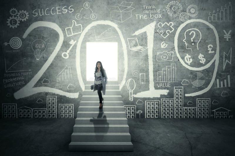 Młodzi bizneswomanów stojaki z liczbą 2019 fotografia royalty free