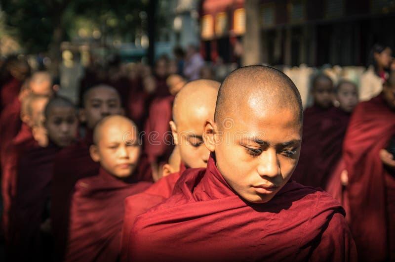 Młodzi buddyjscy nowicjuszi w Amarapura Myanmar fotografia royalty free