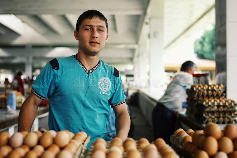 Młodzi chłopiec sprzedawania jajka przy miejscowym wprowadzać na rynek obrazy stock