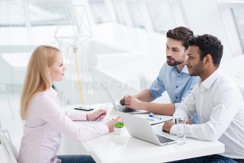 Młodzi coworkers ma brainstorming sesi w nowożytnym biurze fotografia stock