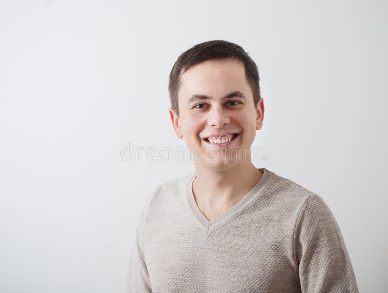 młodzi człowiecy na tło bielu ścianie zdjęcia stock