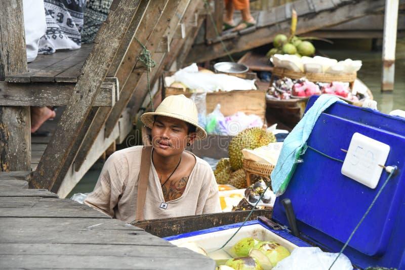 Młodzi człowiecy sprzedaje koks w spławowym targowym Pattaya Thailand zdjęcie stock