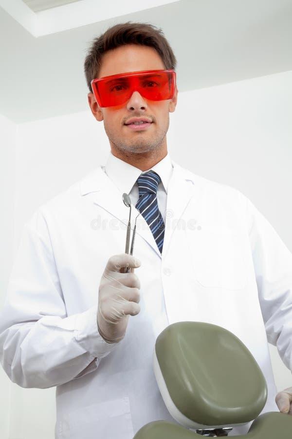 Młodzi dentysty mienia narzędzia zdjęcia stock