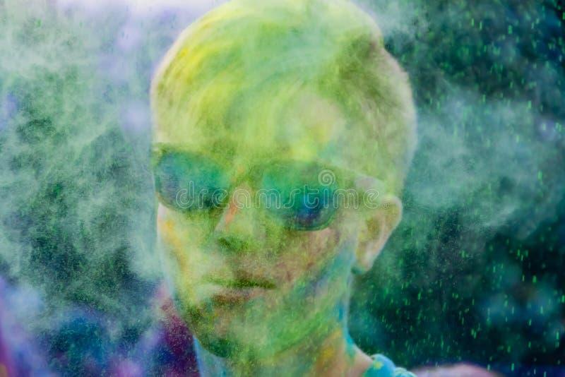 Młodzi energiczni nastolatkowie przy festiwalem farby holi w Rosja zdjęcie stock