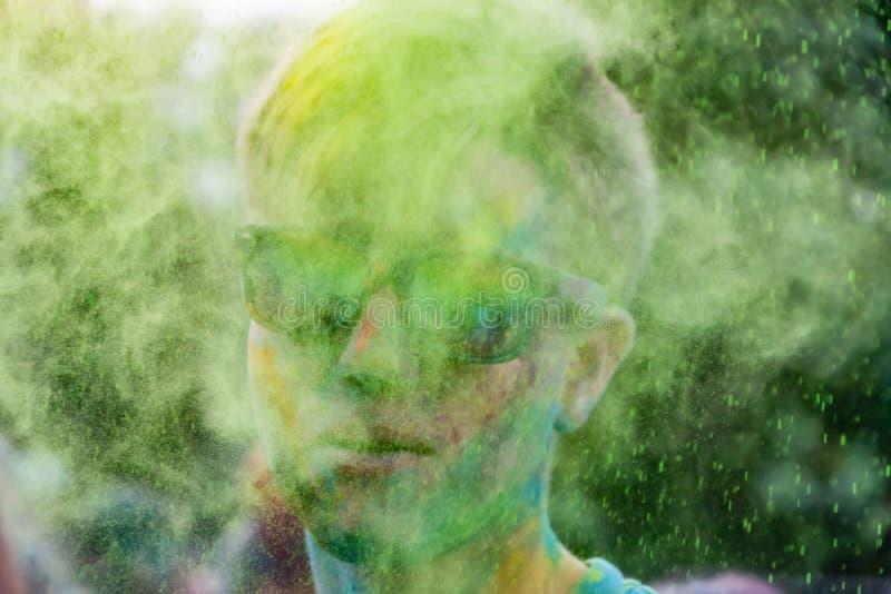 Młodzi energiczni nastolatkowie przy festiwalem farby holi w Rosja zdjęcia royalty free