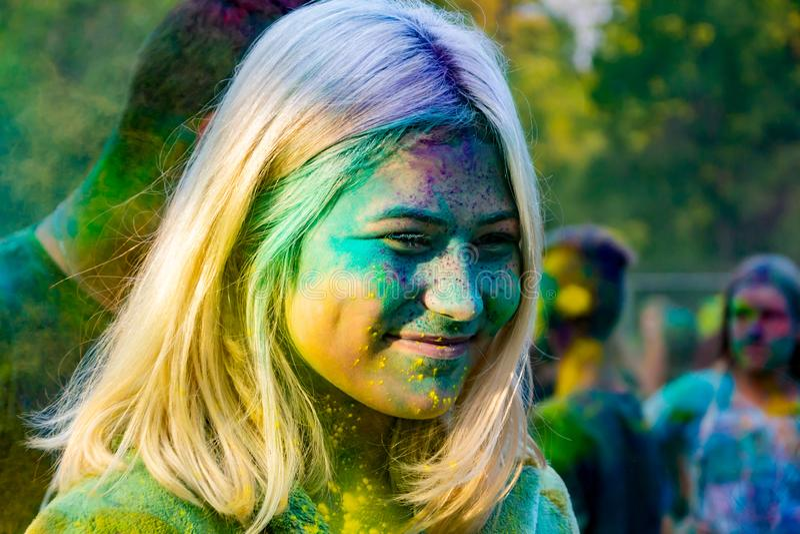 Młodzi energiczni nastolatkowie przy festiwalem farby holi w Rosja obraz stock