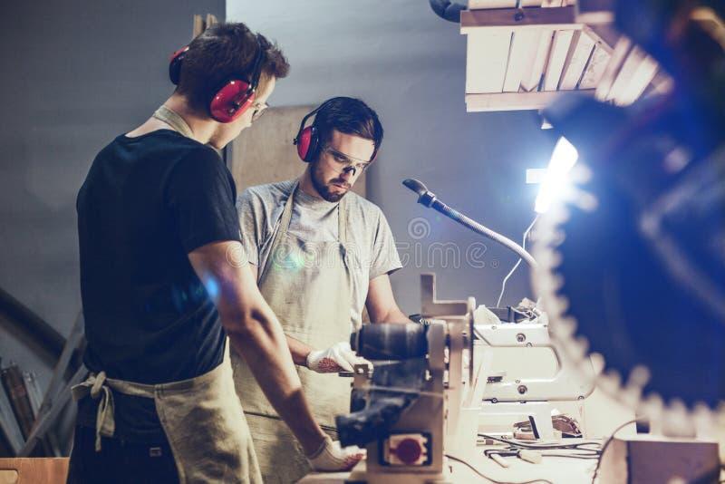 Młodzi faceci pracuje w fachowym joinery zdjęcie royalty free