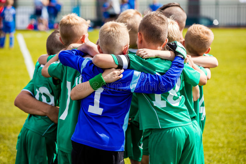 Młodzi futbolowi gracze piłki nożnej w sportswear Potomstwo sportów piłki nożnej drużyna zdjęcie royalty free