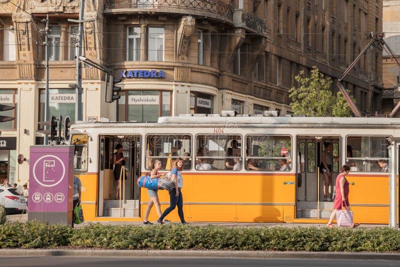 Młodzi i starzy ludzie wsiada tramwaj w centrum miasta Budapest, Węgierska stolica zdjęcie royalty free