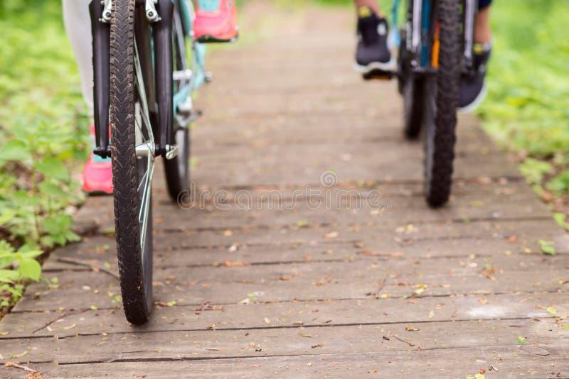 Młodzi kochający pary jeżdżenia rowery zdjęcia royalty free
