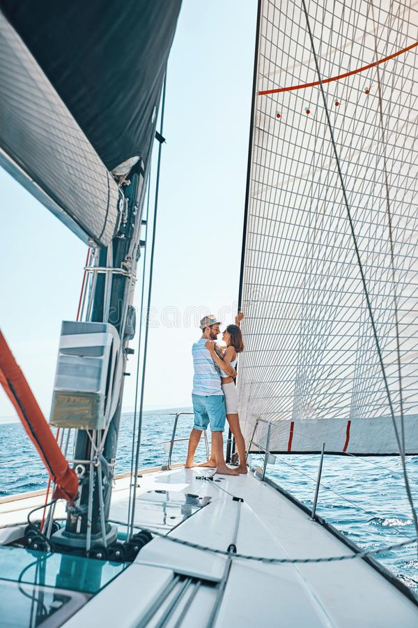 Młodzi kochankowie wydaje szczęśliwego czas na jachcie przy morzem obraz stock