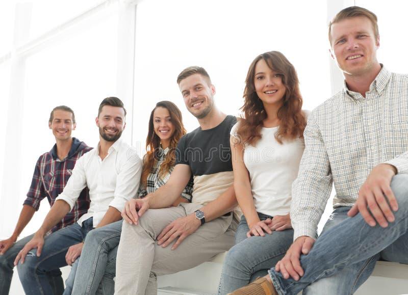 Młodzi kreatywnie ludzie siedzi na krzesłach w poczekalni fotografia stock
