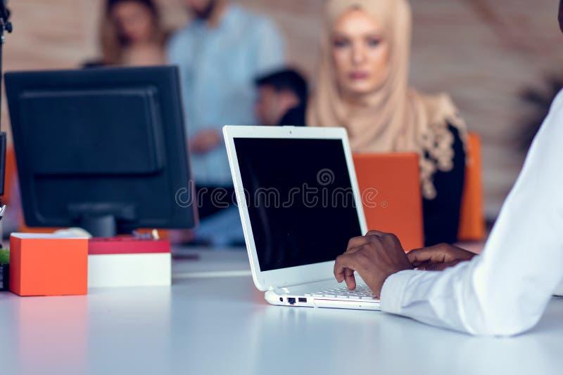 Młodzi kreatywnie początkowi ludzie biznesu na spotkaniu przy nowożytnym biurem robi planom i projektom obrazy royalty free