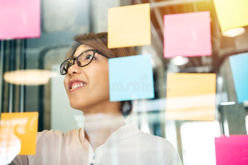 Młodzi kreatywnie projektanta udzielenia pomysły przy kleistym lub wysyłają je zauważają zdjęcia stock