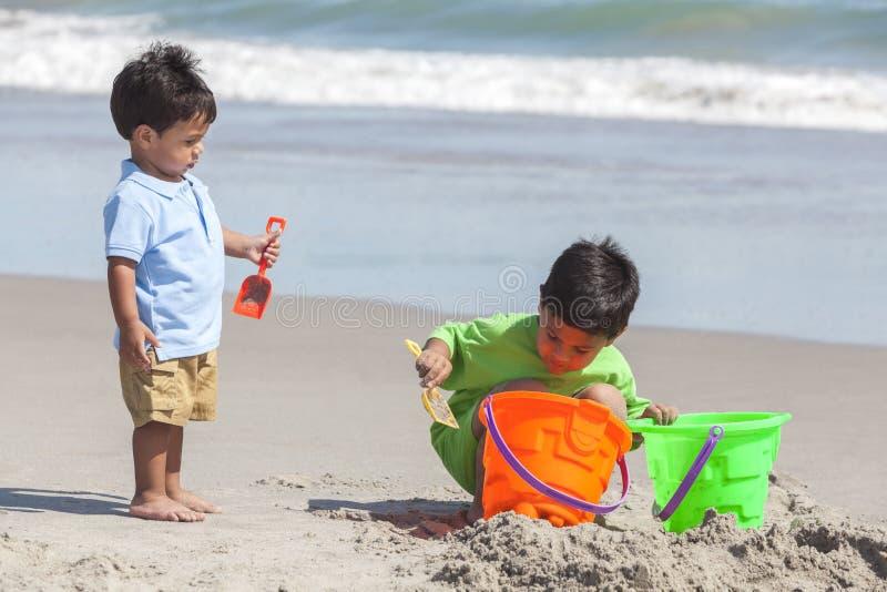 Młodzi Latynoscy chłopiec dzieci bracia Bawić się plażę zdjęcie royalty free