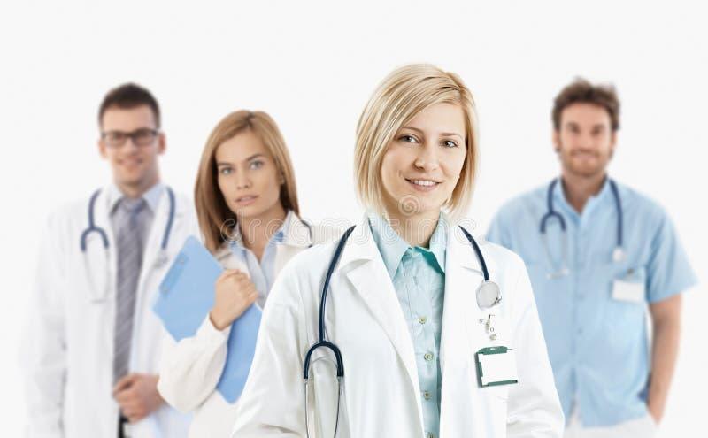 Młodzi lekarzi medycyny ono uśmiecha się przy kamerą obrazy stock