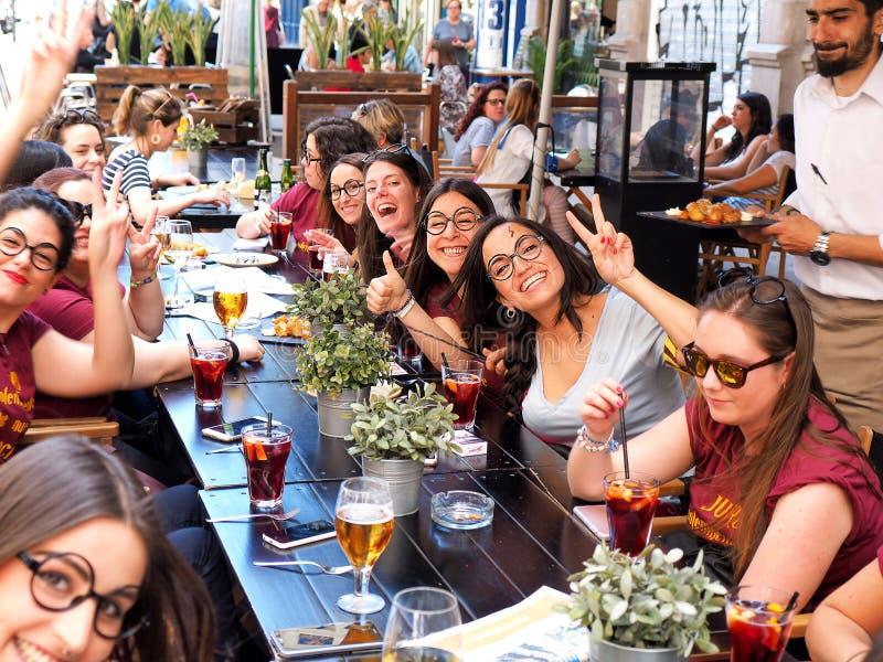 Młodzi ludzie świętują zdjęcia royalty free