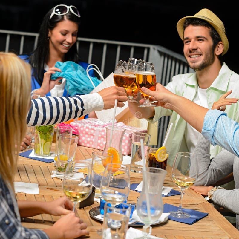 Młodzi ludzie świętuje urodziny wznosić toast zdjęcie royalty free