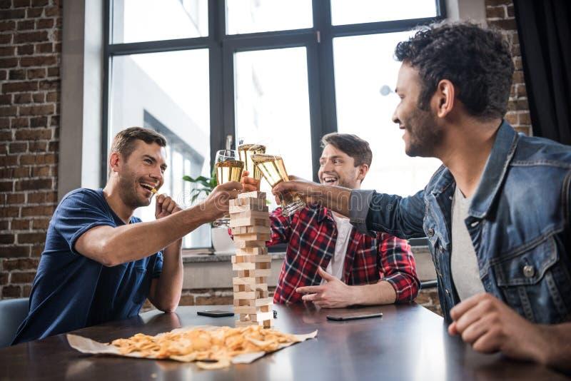 Młodzi ludzie bawić się jenga grę zdjęcie royalty free