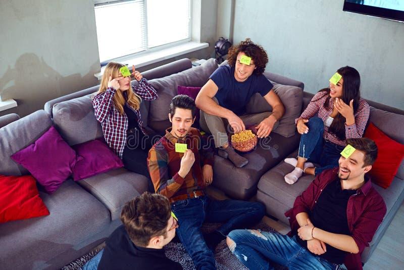 Młodzi ludzie bawić się w domysle który jest w pokoju zdjęcie royalty free