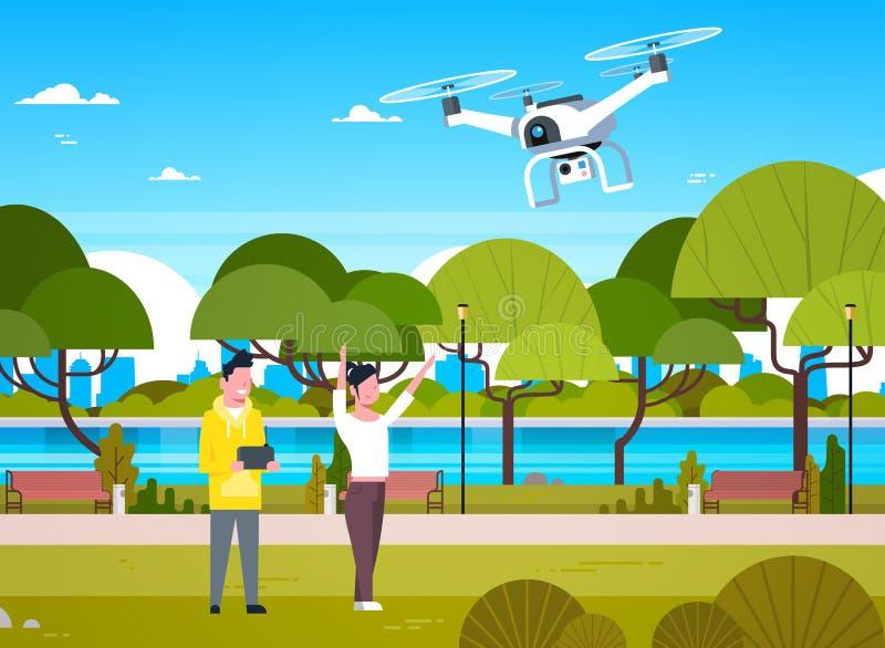Młodzi Ludzie Bawić się Z trutnia Copter W Parkowym mężczyzna I kobiecie Używa Dalekiego kontrolera Dla Quadrocopter ilustracji
