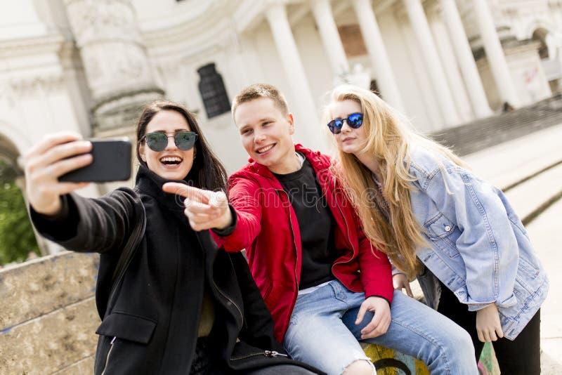 Młodzi ludzie bierze selfie w Wiedeń, Austria obrazy royalty free