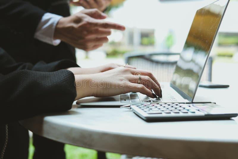 Młodzi ludzie biznesu ma spotkania biznesmen & businesswo obrazy stock