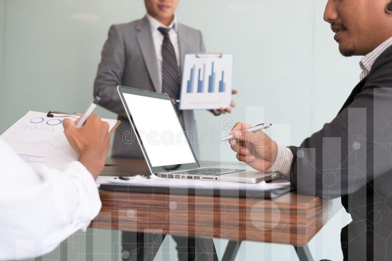 Młodzi ludzie biznesu ma spotkania w biurze Konferencja, di zdjęcia stock