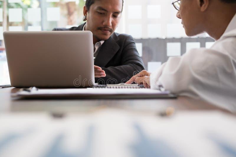 Młodzi ludzie biznesu ma spotkania w biurze Konferencja, di fotografia royalty free