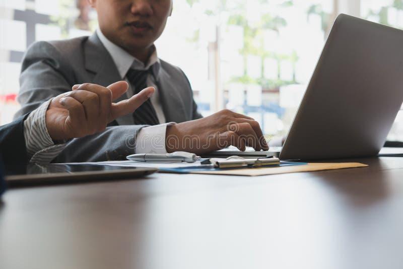 Młodzi ludzie biznesu ma spotkania w biurze Konferencja, di obrazy royalty free