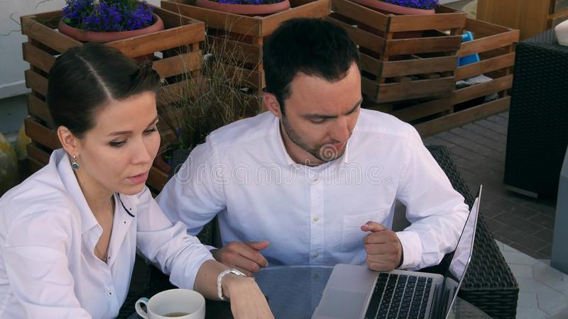 Młodzi ludzie biznesu pracuje nad laptopem w kawiarni obraz royalty free