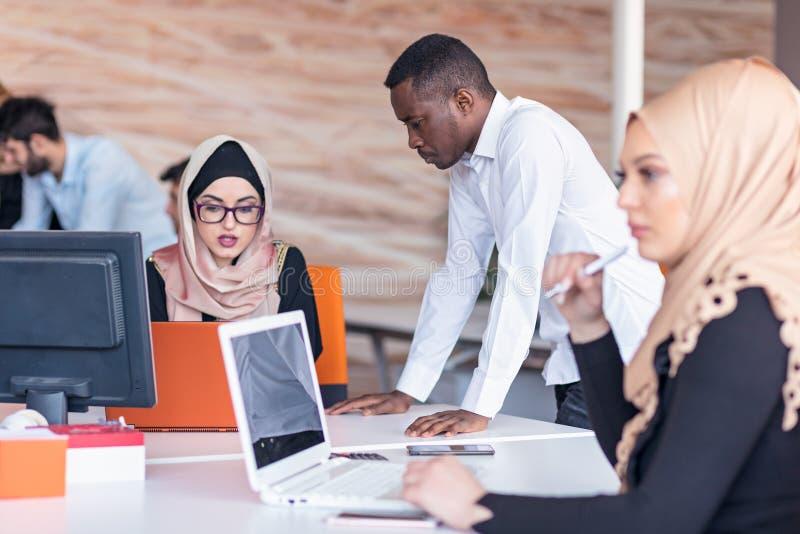 Młodzi ludzie biznesu pracuje przy biurem na nowym projekcie rozpoczęcie, pojęcie, drużyna zdjęcia stock