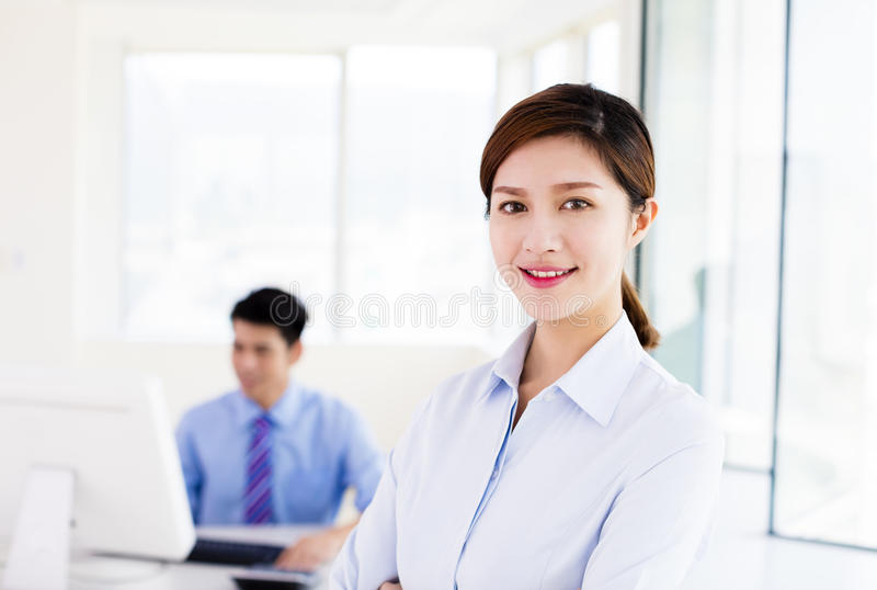 Młodzi ludzie biznesu stoi w biurze obrazy stock