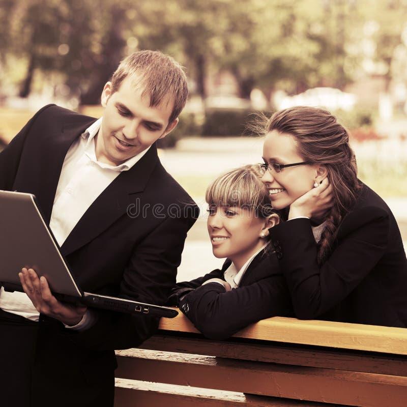 Młodzi ludzie biznesu używa laptop w miasto parku zdjęcie royalty free