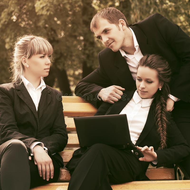 Młodzi ludzie biznesu używa laptop w miasto parku obrazy royalty free
